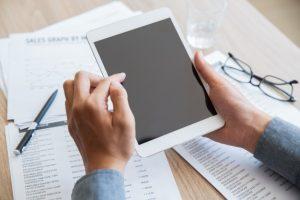 udane-biznesmen-za-pomocą-touchpada-w-biurze_1262-2328